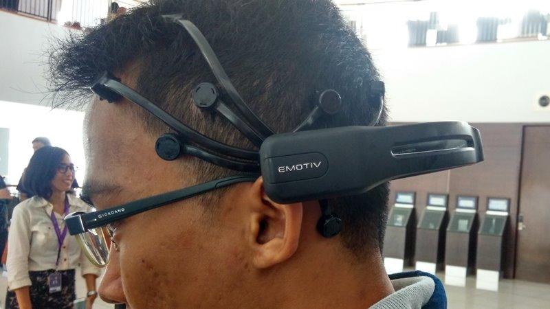 Neuroheadset-Emotiv-Bina-Nusantara-Wheelchair