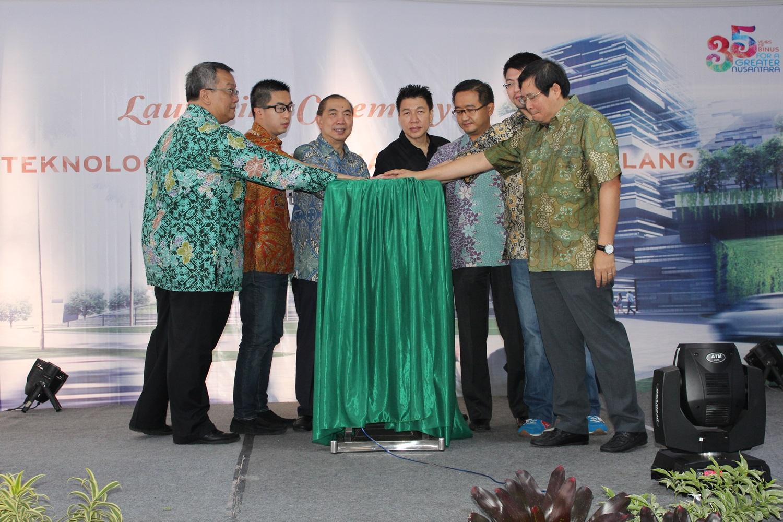 Penekanan sirene peresmian BINUS Malang oleh Pimpinan BINUS Rektor BINUS Jakarta dan Rektor BINUS Malang