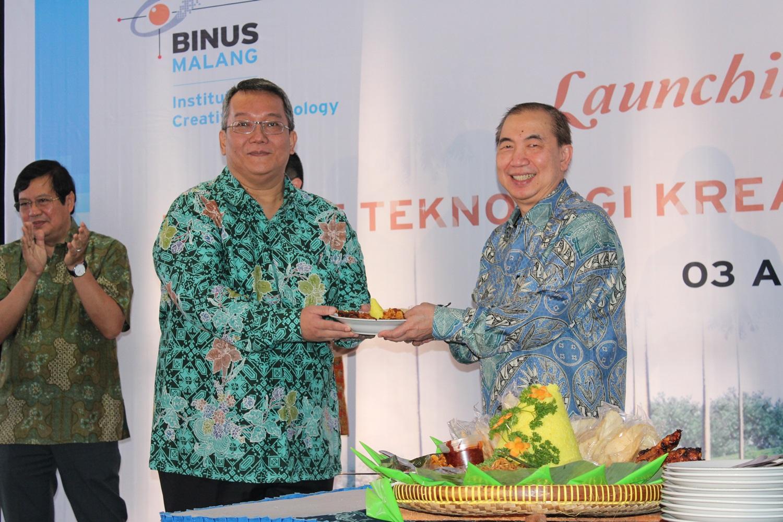 Penyerahan tumpeng oleh Ketua Yayasan BINUS Ir  Bernard Gunawan kepada Rektor BINUS Malang Dr  Ir  Boto Simatupang MBP